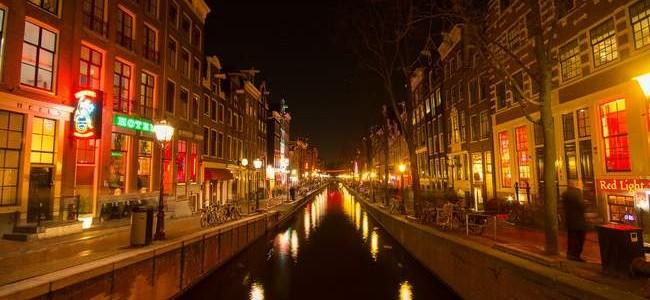 Raudonųjų žibintų kvartalas Amsterdame – populiariausia turistinė atrakcija