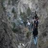 Mėgstantiems adrenaliną Ponte Tibetane kabantis tiltas Italijos Pjemonto regione