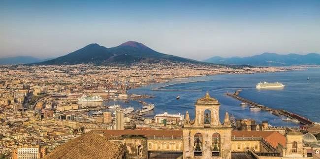 Neapolis ir Vezuvijus tolumoje